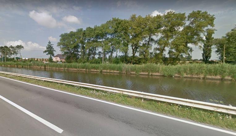 Het kanaal Plassendale-Nieuwpoort in Snaaskerke, waarin de intussen aangehouden Nederlander dook om te vluchten na een schietincident.