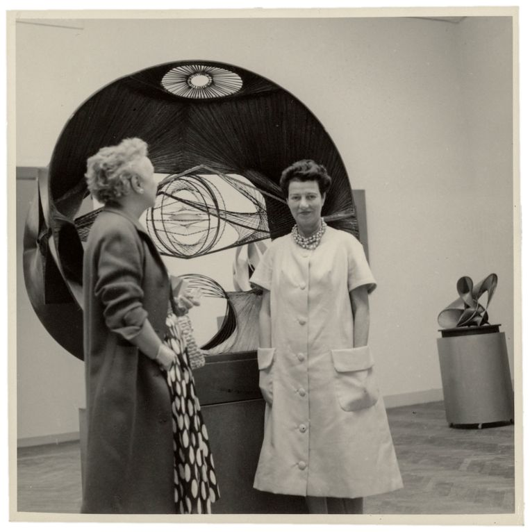 Nelly van Doesburg en Peggy Guggenheim begin jaren vijftig tijdens de Biënnale in Venetië Beeld RKD, Nederlands Instituut voor Kunstgeschiedenis