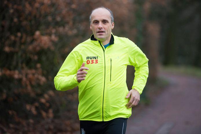 Organisator en deelnemer Mik Borsten (foto), die vorig jaar vierde werd in een tijd van 15.51.34 uur, moet in het routeboek wel wat puzzelwerk verrichten.