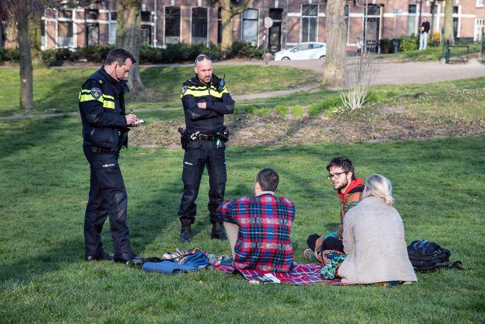 Bonnen worden uitgeschreven aan jongeren op kleedjes in Kronenburgerpark.