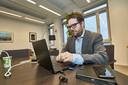 Sebastiaan van 't Erve beveiligt zijn computer tegenwoordig met een externe sleutel (de blauwe usb-stick) sinds hij heeft ervaren wat een hack doet met een samenleving.