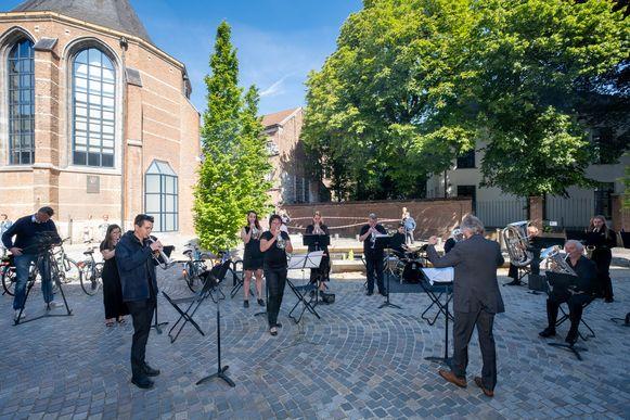 De fanfare in actie bij de heropening van de tentoonstelling Kunstuur in Mechelen.