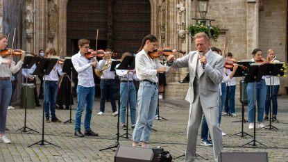 Will Tura verrast met 'Hoop Doet Leven' op Grote Markt Brussel
