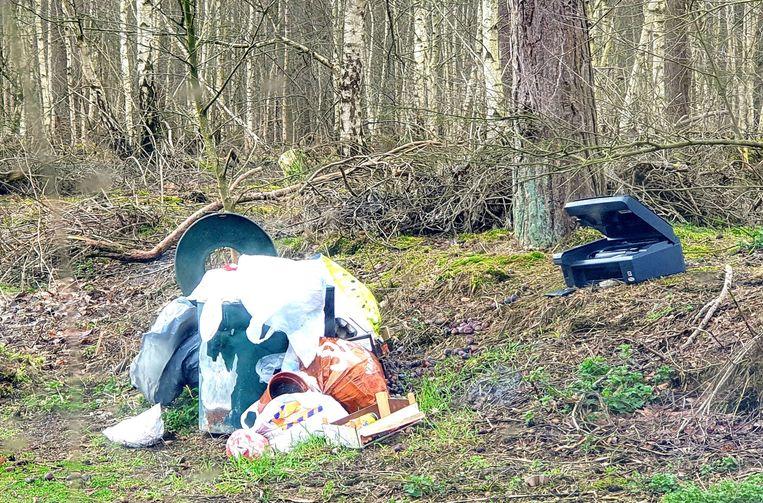 Dit zwerfvuil en sluikstort werd maandagochtend gespot in bos in Weelde-Statie