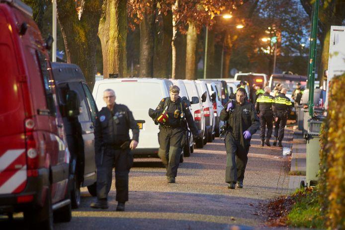 Politieagenten bij de inval in het  woonwagenkamp aan de Hoogheuvelstraat in Oss, het hoofdkwartier van de familie R.