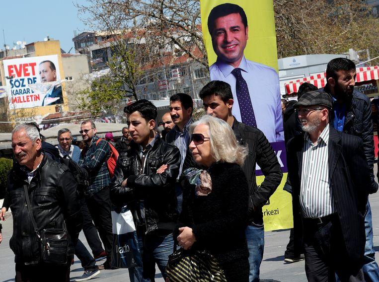 Aanhangers van de HDP met een foto van Selahattin Demirtas tijdens een demonstratie vorige maand.