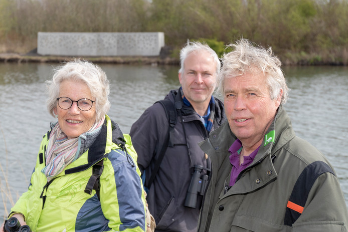 Marijke Oudendammer, Eric Kortlandt en Dick van Stegeren, met op de achtergrond de nieuwe wand voor de oeverzwaluwen.
