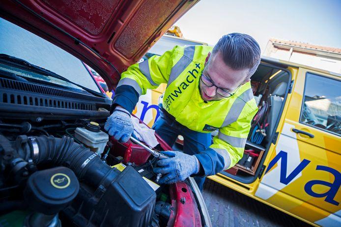 Een wegenwacht van de ANWB helpt een automobilist met een haperende accu. De vrieskou zorgt voor drukte bij de pechhulpdienst.
