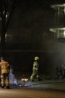 Buurtbewoner blust brand bij entree flatgebouw in Arnhem, vuurwerk vermoedelijk oorzaak