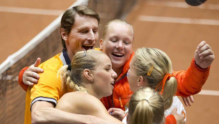 Het Nederlandse Fed Cup-team viert de overwinning van Arantxa Rus (tweede links). Beeld null