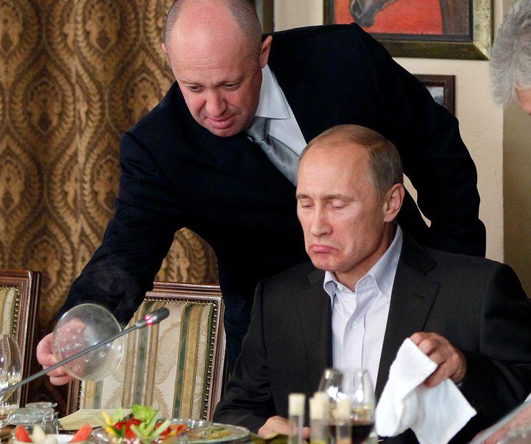 Archiefbeeld van Russisch president Vladimir Poetin met links Yevgeny Prigozhin, die nauwe banden heeft met het Kremlin.