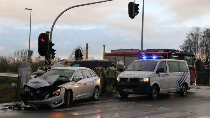 Voertuigen lopen aanzienlijke schade op bij aanrijding aan kruispunt