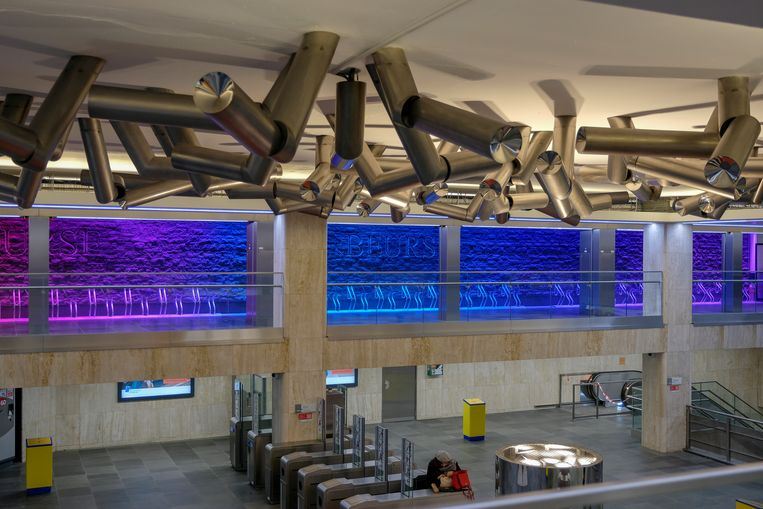 inhuldiging van metrostation Beurs: Kunstwerk met bewegende cilinders aan plafond.