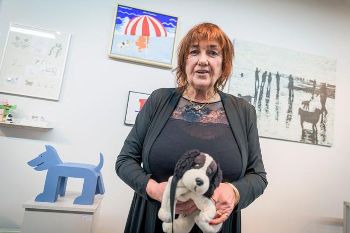 Expositie Honden, honden en nog eens honden. Twentse kunstenaars schilderen/fotograferen hun hond Nell Annink met haar werk links boven