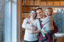 Emmeth (hier 17 uur jong), Maartje, Tjeerd en Phyllis den Hartog, thuis in Wageningen.