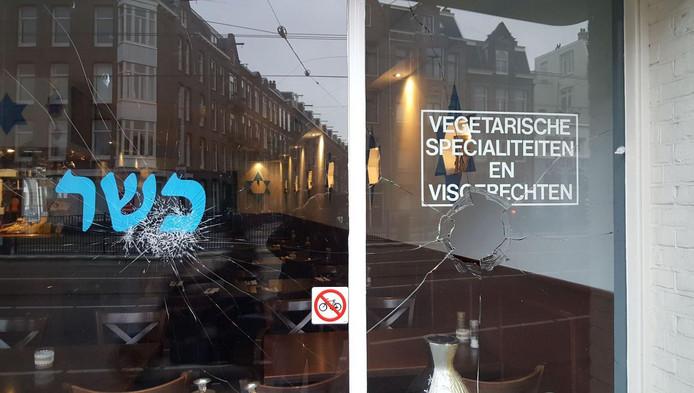 De ruiten van restaurant HaCarmel zijn gesneuveld na het incident