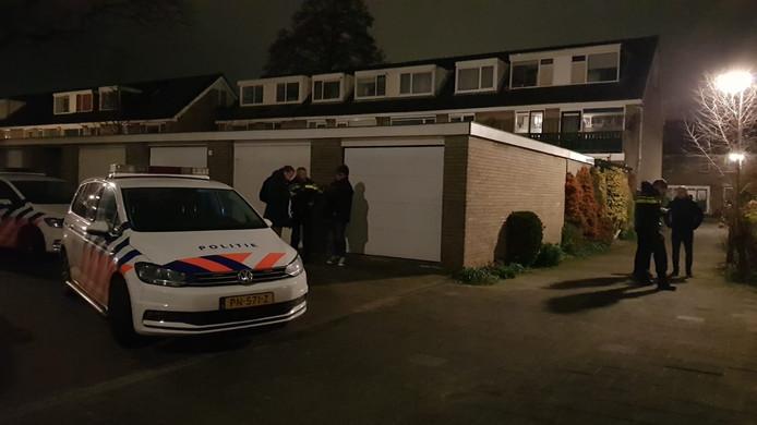 De politie is ter plaatse voor de woningoverval in Gouda