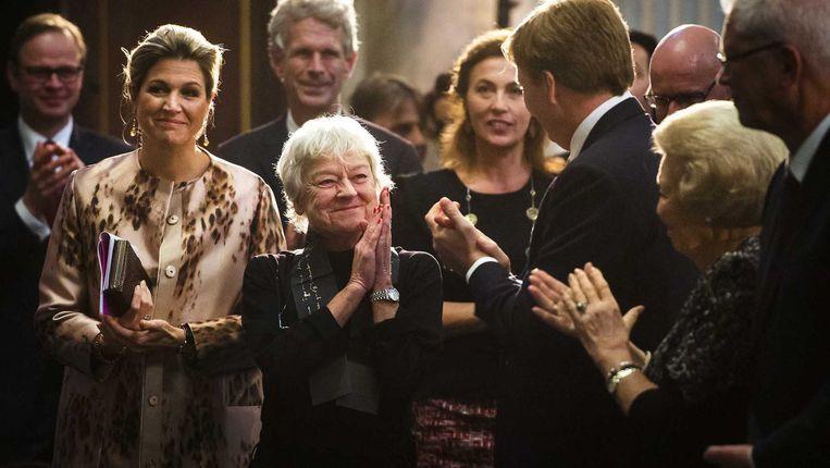 Frie Leysen tussen de leden van de koninklijke familie Beeld anp