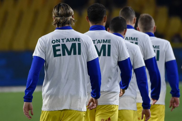De spelers en de fans van Nantes pakten gisteravond uit met een indrukwekkend eerbetoon aan de verdwenen Sala.