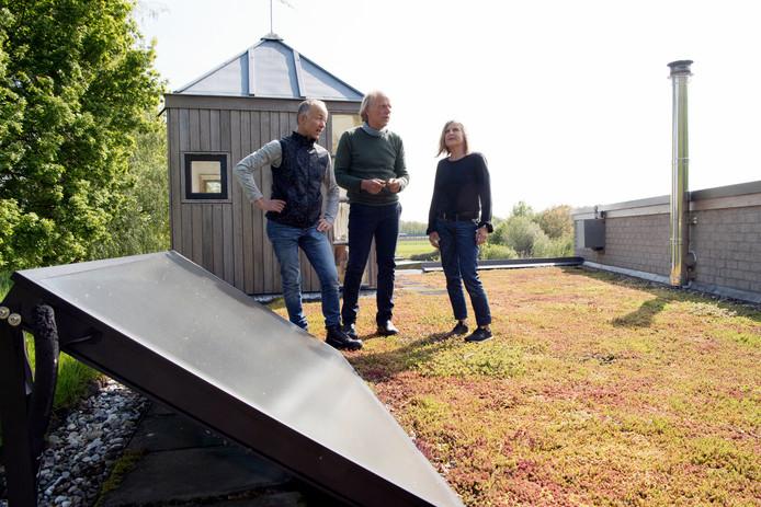 Wim en Netty Knotters ontvangen Gerrit Morrenhof (l) op het duurzame dak van hun woningin Nieuwleusen tijdens de Duurzame Huizenroute die zaterdag werd gehouden. FFU PRESS AGENCY COPYRIGHT FRANK UIJLENBROEK