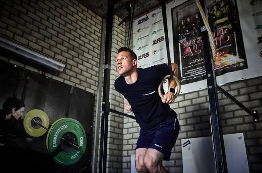 Jeroen Kranendonk  heeft een hok ingericht in de kazerne voor zijn crossfit-training.