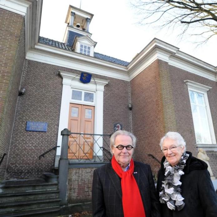 Dick Heil en Bertha Polak voor het oude raadhuis van Hooge Zwaluwe.