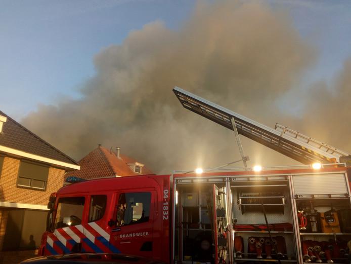 De rookpluimen hangen boven het centrum van Genemuiden.
