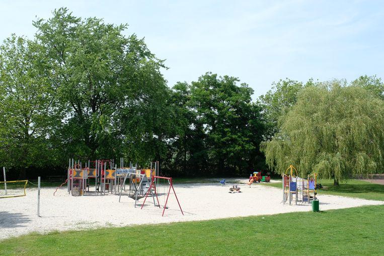 De huidige speeltuin zal moeten wijken voor het nieuwe intergemeentelijke zwembad. De gemeente wil een nieuwe natuurspeeltuin aanleggen in de weide naast 't Sportzicht en het sportcentrum.