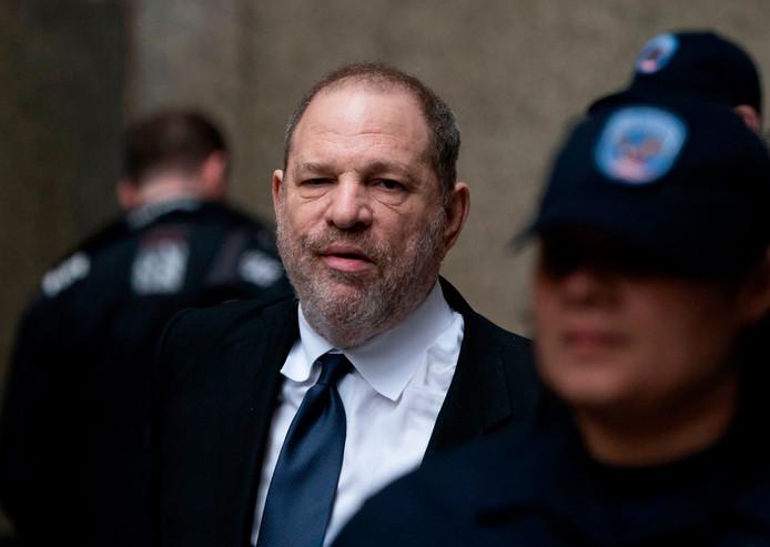 Harvey Weinstein verlaat de rechtbank in New York.
