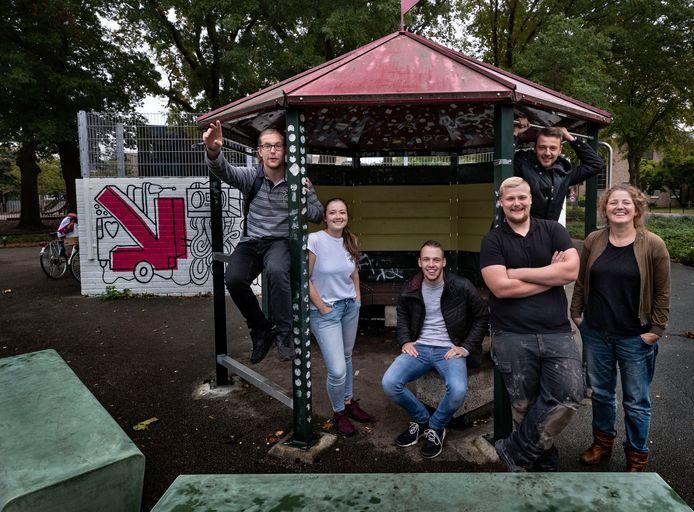 De jongeren die de afgelopen weken hun hangplek hebben opgeknapt. Vlnr: Vinny, Dünya, Tim, Ricardo, social designer Marjan en Dylan.