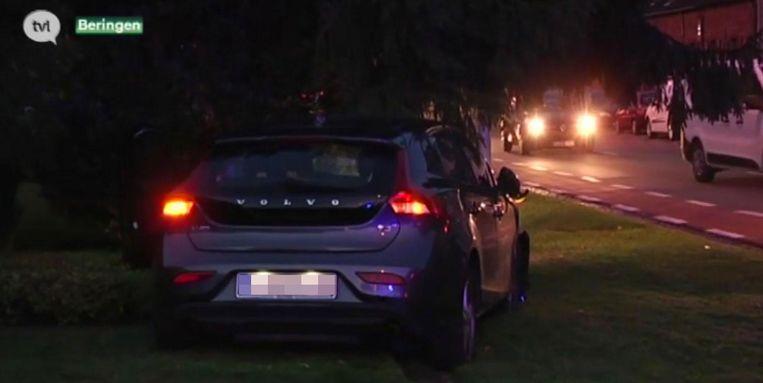 Na een aanrijding, is een anoniem politievoertuig door vier tuinen gereden.