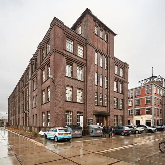 Het U-gebouw, met rechts het leegstaande gedeelte dat Polimeks wil slopen voor de bouw van een hotel-restaurant.