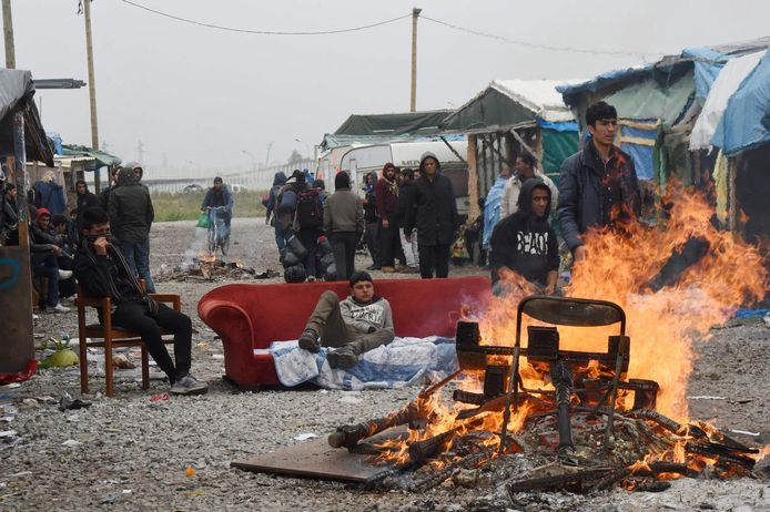 Sommige migranten verbranden hun bezittingen terwijl ze wachten om te gaan.