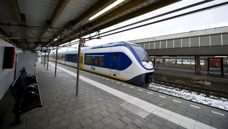 Op het Centaal Station in Rotterdam staat zondag een sprinter-trein gereed voor vertrek. Beeld anp