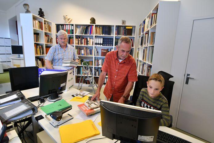 Bert Engelsman, Alex Vat en kleinzoon Hidde in de boekenhoek van de Van Leentzaal.