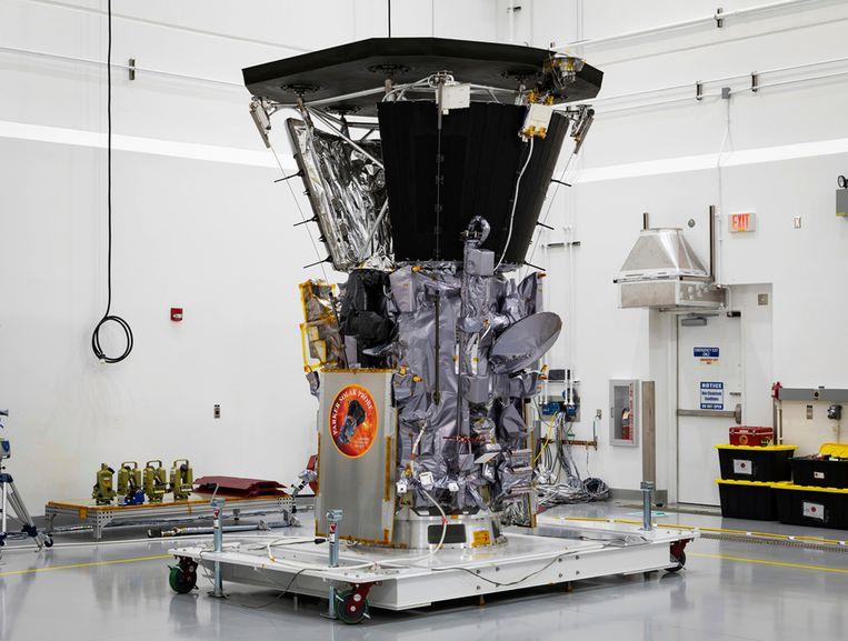Het ruimtevaartuig kost 1,5 miljard dollar. Die kosten zijn deels te verklaren door het zeer dikke zonneschild: Parker zal te maken krijgen met de bijzonder hoge temperaturen binnen de corona, de atmosfeer rond de zon.