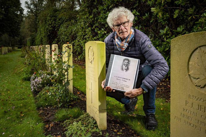 Tonnie Vehof, erfgoedvrijwilliger bij Old Deep'n dook in het levensverhaal van Gaston Nadeau, een relatief onbekende Canadese soldaat die zeven dagen na de bevrijding verdronk in een kolk nabij watermolen Den Haller in Diepenhem.