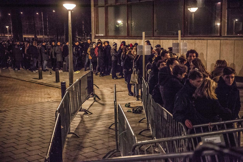 Een rij voor de ingang van de populaire nachtclub De School.
