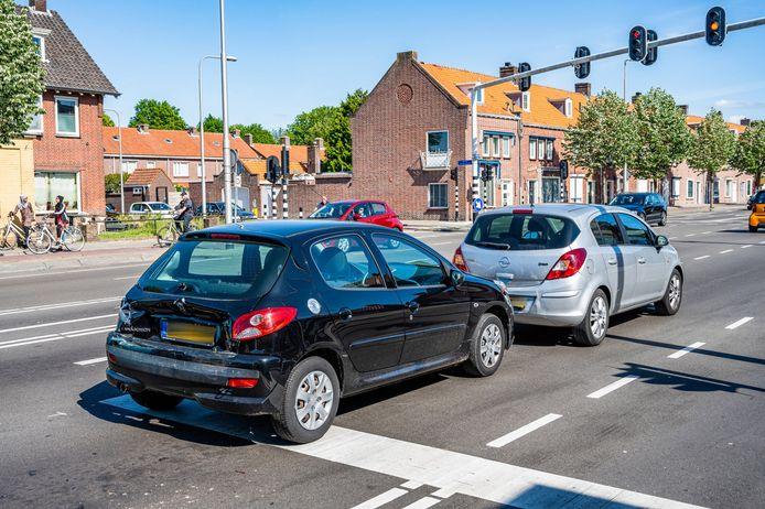 Meerdere gewonden bij botsing op Ringbaan-Oost in Tilburg.