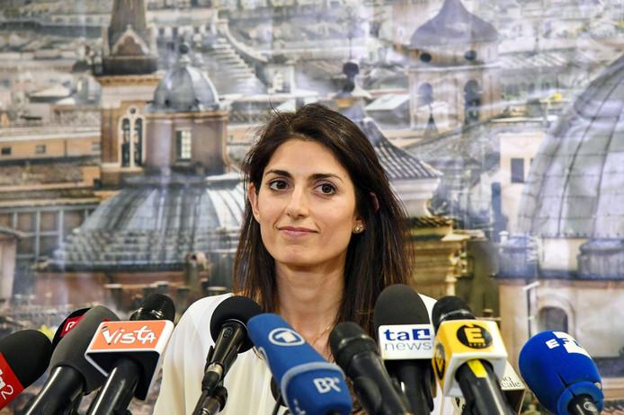 Virginia Raggi schopte het tot eerste vrouwelijke burgemeester van Rome. Drie maanden later zit ze al in de problemen.