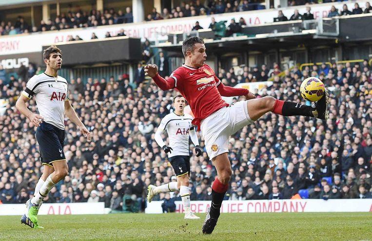 Robin van Persie (rechts) namens Manchester United in actie tijdens de wedstrijd tegen Tottenham Hotspur. Beeld epa