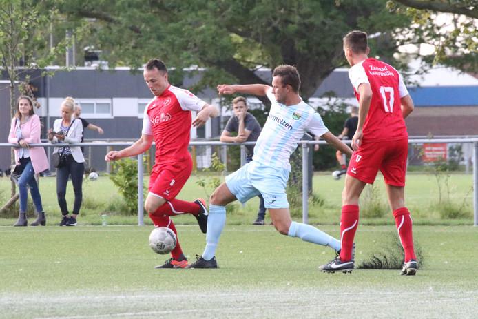 Remon de Vlieger (links) en Mart de Kroo in actie tegen Halsteren.