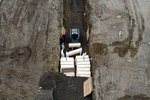 Enkele dodelijke slachtoffers worden begraven in de Bronx te New York. (09/04/2020)