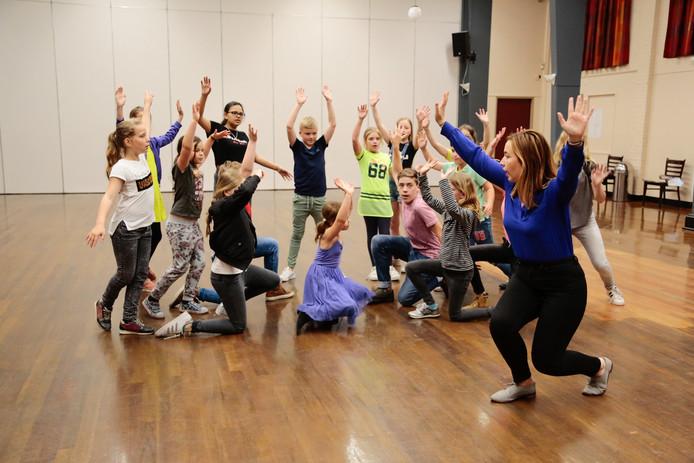 De musicalgroep van Kleintje BMT uit Schijndel tijdens de repetities van De Tovenaar van Oz die in de kerstvakantie te zien is .