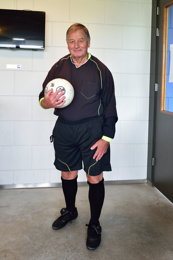 Voetbalscheidsrechter Harry van Waas .