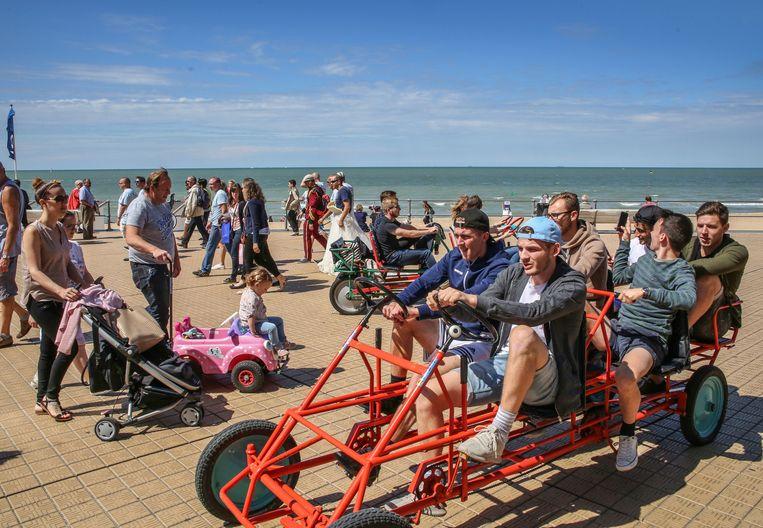 Lekker cruisen met een gocart op de dijk is voor veel toeristen een typische vakantie-activiteit.