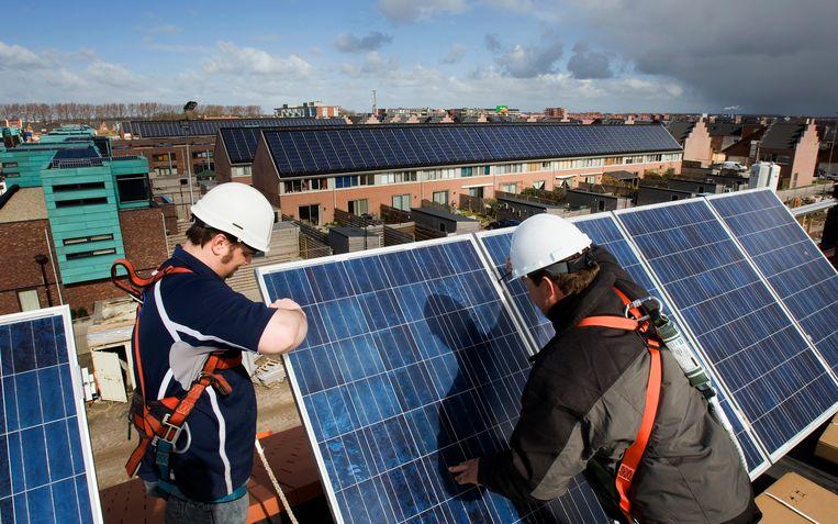 In een vinexwijk in Heerhugowaard worden de huizen voorzien van zonnepanelen.  Beeld ANP