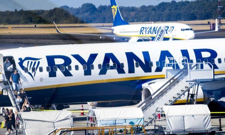 Vliegtuigen van Ryanair op Eindhoven Airport. Beeld null