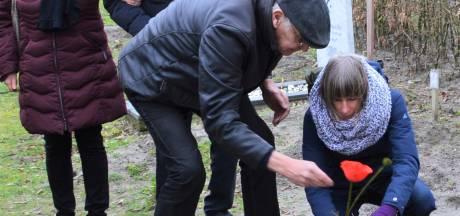 Vredesactie legt symbolisch steen op graf van overleden Kanaalzwemmer