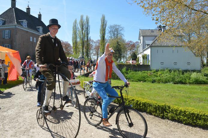 De start van de Tour de Waal, een paar jaar geleden, bij kasteel Ophemert.
